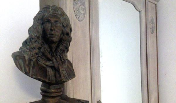 Molière trône sur la cheminée d'époque du gite