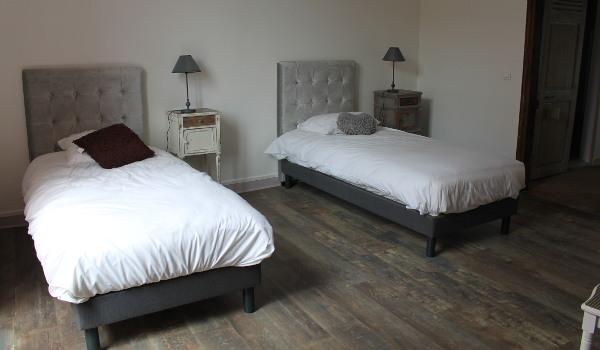 Le gite de groupe possède de nombreux lits simples