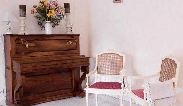 un coin salon agréable autour du piano