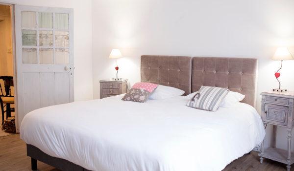 une chambre spacieuse et lumineuse à la décoration originale