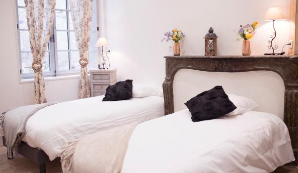 chambre avec cheminée et décor bois