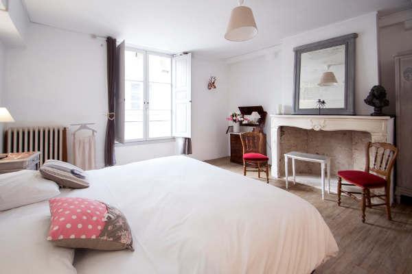 une chambre avec cheminée et patine