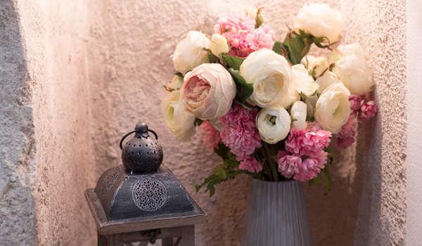décoration en pierre apparente et porte renaissance