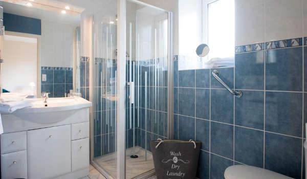 une salle d'eau avec douche et WC très spacieuse