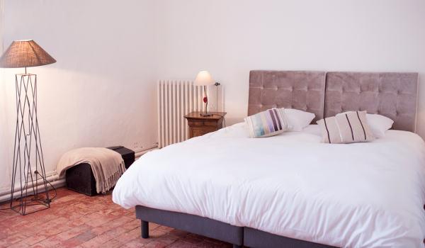 un grand lit double pour une chambre spacieuse