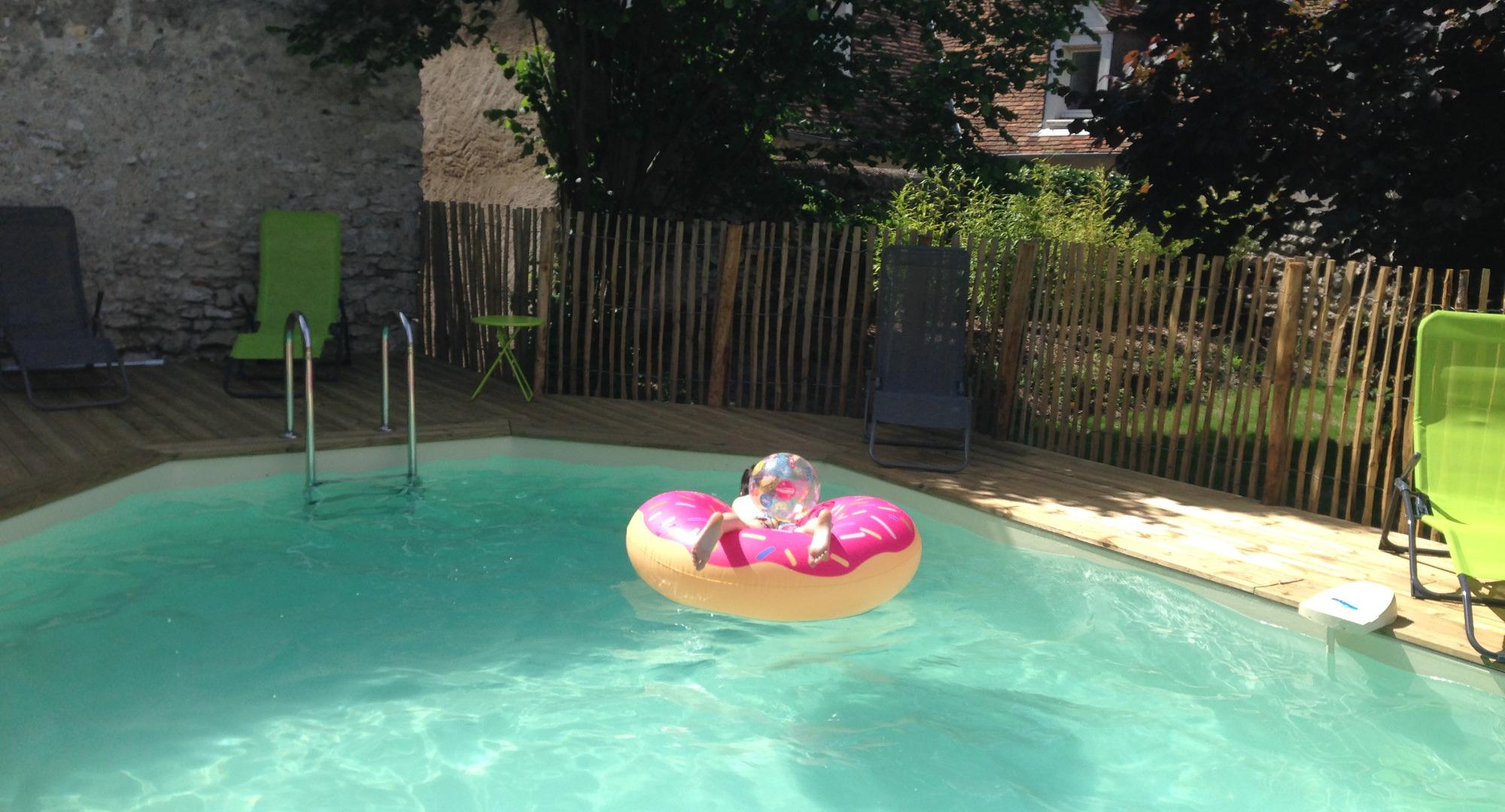 la piscine chauffée avec des jeux pour les enfants et la sécurité