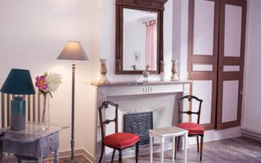 une vraie cheminée d'époque Louis 16 pour un petit salon cosy