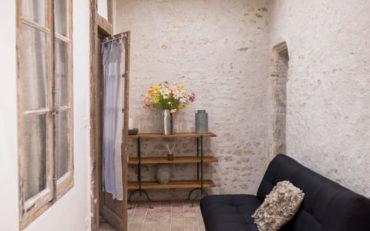 espace salon qui peut être utilisé avec couchage d'appoint pour le groupe