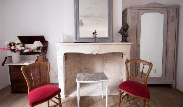 chambre avec meubles de brocante patinés